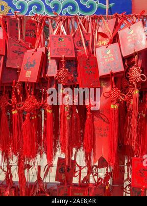 Les Bouddhistes priant et rouge traditionnelle pendaison qui souhaitent cartes au Dongyue Temple à Pékin, en Chine. Février 12th, 2019 Banque D'Images