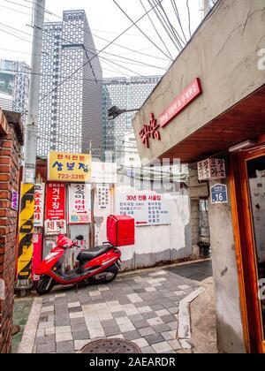 Paysage urbain, Urban street, Suzuki Excite Moor Scooter, garé dans l'allée étroite, Insadong, Séoul, Corée du Sud Banque D'Images