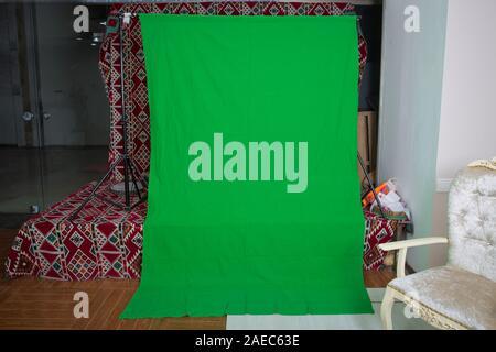 Grand fond vert pour ajouter des effets spéciaux en post-production.L'écran vert. L'incrustation en chrominance écran vert. contexte le jeu commercial. Banque D'Images