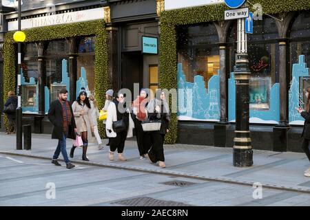 Boutique de bijoux Tiffany & Co. et shoppers Noël extérieur shopping sur Old Bond Street à Mayfair Londres W1 England UK KATHY DEWITT Banque D'Images