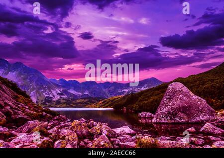 Coucher de soleil sur les 5 lacs dans la vallée de montagnes Tatras, en Pologne. Paysage avec des lacs et des crêtes en Pologne du massif Tatry Banque D'Images