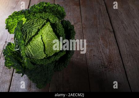 Chou de frais de producteur biologique ferme sur table en bois rustique, antioxydant, l'alimentation saine alimentation et régime alimentaire, concept clé faible