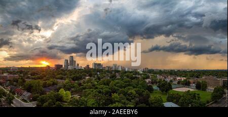 Vue panoramique sur le coucher du Soleil avec rainclouds sur Midtown Toronto en été Banque D'Images