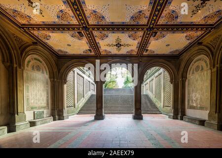 Tunnel à La Fontaine Bethesda terrasse et donnent sur le lac, à New York City's Central Park.