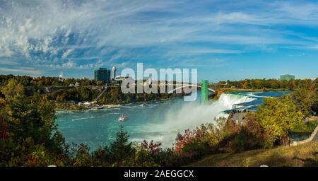 Niagara Falls est un groupe de trois chutes d'eau à l'extrémité sud de la gorge du Niagara, entre la province canadienne de l'Ontario et l'État américain du New Yo Banque D'Images