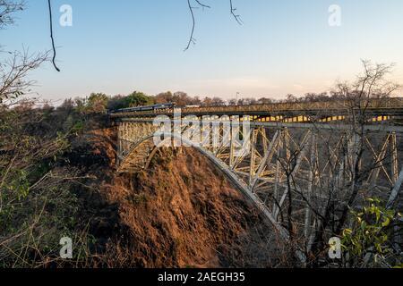 Le Pont de Victoria Falls marque la frontière entre la Zambie et le Zimbabwe en Afrique australe