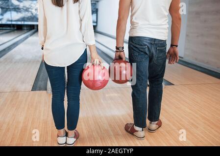 En jeans et chemise blanche. Portrait de personnes au bowling club prêt à s'amuser Banque D'Images