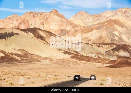 Les roches colorées d'artistes dur dans la vallée de la mort qui est le plus faible, le plus chaud, le plus sec aux Etats-Unis, avec une pluviométrie annuelle moyenne d'environ 2 Banque D'Images