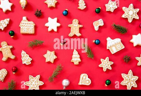 Gingerbread cookies avec Noël decorati sur fond rouge Banque D'Images