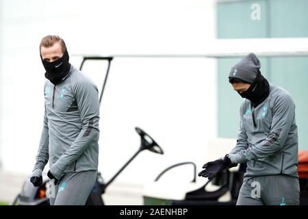 Tottenham Hotspur Harry Kane (à gauche) et son fils Heung-min pendant la séance de formation au terrain d'entraînement de Tottenham Hotspur, Enfield. Banque D'Images