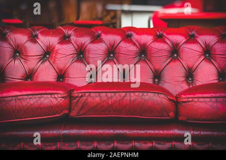 Canapé rouge vide dans un salon confortable à l'ancienne chambre vintage closeup
