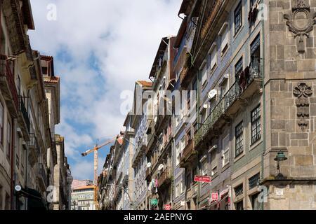 Dans les bâtiments traditionnels de la ville de Ribeira de Porto, au Portugal. Banque D'Images