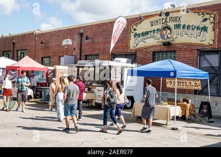 Florida Orlando Winter Park Downtown quartier historique Farmers' Market chaque semaine Samedi fournisseur extérieur tentes homme femme vente d'exposition de shopping Banque D'Images
