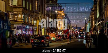 Lumières de Noël dans Oxford Street, Londres pour le shopping. Banque D'Images