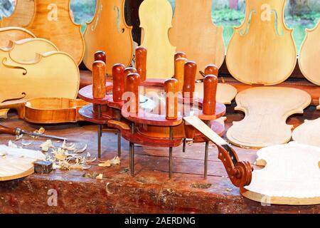 Gros plan d'un violon sous presse Banque D'Images