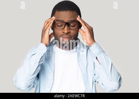 Assez mauvaise young african american guy ayant la haute pression sanguine. Banque D'Images