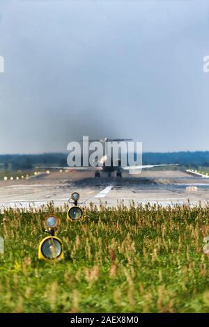 Distorsion caractéristique de la vue par l'air chaud du moteur. La pollution de l'air élevée au décollage des avions de passagers Banque D'Images
