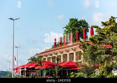 Beaux restaurants sous le coucher du soleil à le à Uskudar, Istanbul, Turquie, sur la rive anatolienne du Bosphore. Banque D'Images