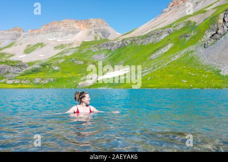Jeune femme fille heureux de nager dans l'eau froide du lac de glace dynamique sur la célèbre piste en Silverton, Colorado en montagnes de San Juan en été