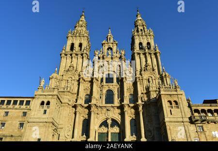 Cathédrale avec coucher du soleil la lumière et ciel bleu. Voir à partir de la Praza do Obradoiro. Santiago de Compostela, Espagne.