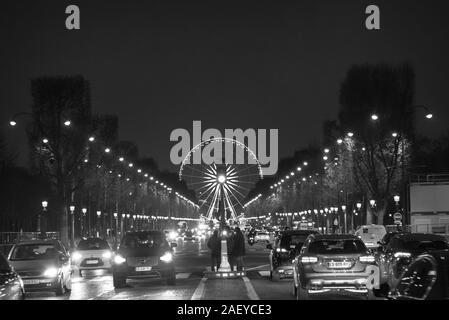 La circulation sur l'Avenue des Champs-Elysées à Paris Banque D'Images