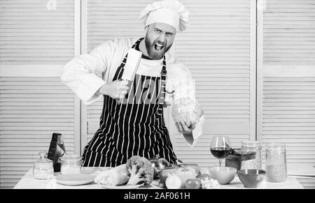 L'alimentation saine manger propre sélection. cook en uniforme, restaurant végétarien et biologique.. chef professionnel en cuisine cuisine. homme colère déteste alimentation saine. Régimes et d'une cuisine culinaire. vitamine. Banque D'Images