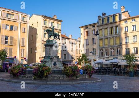 Nancy, France - 31 août 2019: Fontain et statue équestre de René II Duc de Lorraine sur la Place Saint Epvre à Nancy, France Banque D'Images