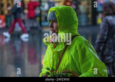 Southport, Merseyside. Météo au Royaume-Uni ; 12 décembre 2019. Une journée froide avec une forte pluie persistante pour les clients de Noël dans le centre-ville. Crédit: MediaWorldImages/AlamyLiveNews Banque D'Images