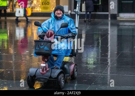 Southport, Merseyside. Météo France, 2019; 12e déc. Journée froide avec pluie épaisse et persistante pour les acheteurs de Noël dans le centre-ville, avec possibilité d'averses de neige plus tard. /AlamyLiveNews MediaWorldImages Crédit: Banque D'Images