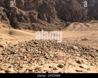 Sable paysage de montagnes, dans le désert de l'Égypte. Voyages Moto, une bonne publicité pour une agence de voyage. Banque D'Images