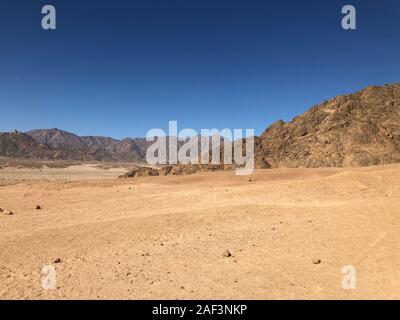 Sable paysage montagnes, ciel bleu dans le désert d'Égypte. Voyages Moto, une bonne publicité pour une agence de voyage. Banque D'Images