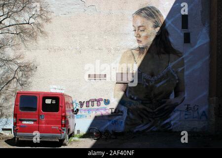 Femme Graffiti à l'homme sans-abri à van sur cour intérieure de Perhelä maintenant démolie en bloc Järvenpää, Finlande