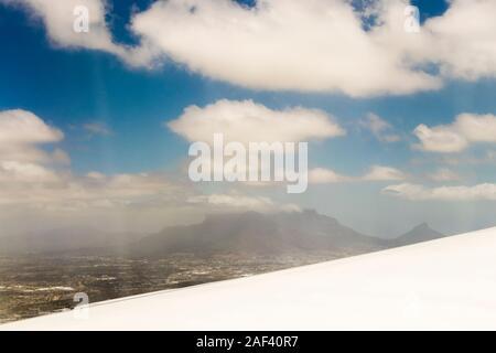 Vue depuis la fenêtre d'un avion à haute altitude et les turbines de l'Afrique.