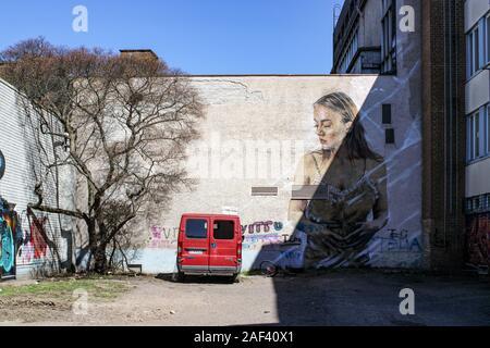 Van d'un sans-abri et grand graffiti sur cour intérieure de bâtiments à être démoli à Järvenpää, Finlande