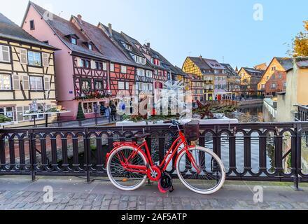 Soft focus image d'Alsacien maisons à pans de bois et rivière (la Lauch) dans la Petite Venise ou la petite Venise, la vieille ville de Colmar, décorées et de mauvais Banque D'Images
