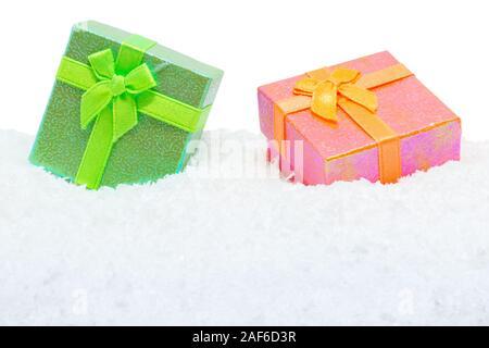 Deux cadeaux carrés dans la neige fond blanc Banque D'Images
