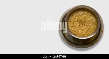 South Indian café servi dans des verres en acier - Fond blanc Banque D'Images
