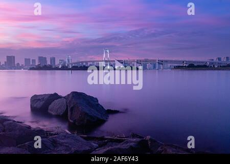 L'exposition de longue date au Rainbow Bridge à Tokyo pendant le coucher du soleil Banque D'Images