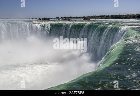 Horseshoe Falls, une partie de Niagara Falls, est l'un 57 mètres de profondeur avec chute d'énormes masses d'eau. Le montant (plus de 2 800 m³/s au cours de la journée) est artificiellement réduite à avoir au moins autant d'eau pour la production d'énergie à un déversoir. (27 Sept 2019) dans le monde entier d'utilisation   Banque D'Images
