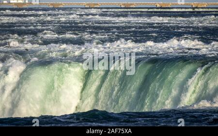 Horseshoe Falls, une partie de Niagara Falls, est l'un 57 mètres de profondeur avec chute d'énormes masses d'eau. Le montant (plus de 2 800 m³/s au cours de la journée) est artificiellement réduite à avoir au moins autant d'eau pour la production d'énergie à un déversoir. (26 Sept 2019) dans le monde entier d'utilisation   Banque D'Images