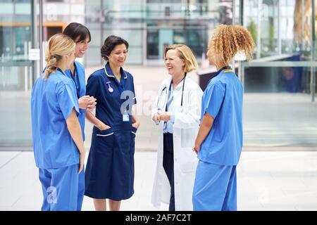 L'équipe médicale des femmes ayant de la réunion informelle de l'hôpital moderne Banque D'Images