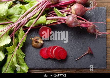 Vue supérieure à betteraves fraîches biologiques avec des feuilles sur la table rustique en bois vue en gros Banque D'Images