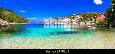Maisons colorées traditionnelles,la mer turquoise et les montagnes à Assos,village,de Céphalonie en Grèce. Banque D'Images