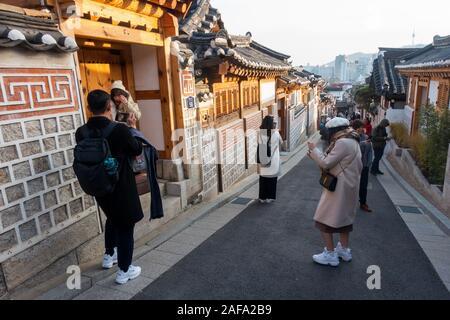 Séoul, Corée du Sud - Novembre 28th, 2019: les touristes foule à Buckon Hanok, conservé à montrer un vieux de 600 ans d'architecture. Banque D'Images