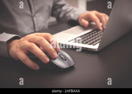 L'homme travaillant avec laptop in office. Au travail de l'employeur d'affaires Banque D'Images