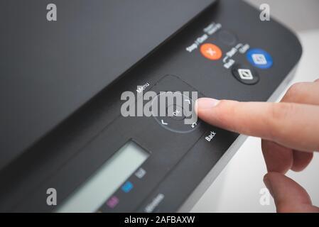 Côté appui bouton sur le panneau de configuration d'imprimante. Appareil multifonction, imprimante, copieur. Banque D'Images