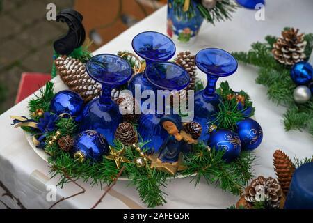 Maison de vacances cadeau de Noël en verre bleu avec des verres à vin, des balles, des cônes de pin, sapin des jouets. Noël, Bonne année contexte Banque D'Images