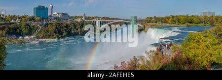Les gens admirer le spectacle de la vue grandiose des chutes du Niagara du côté américain
