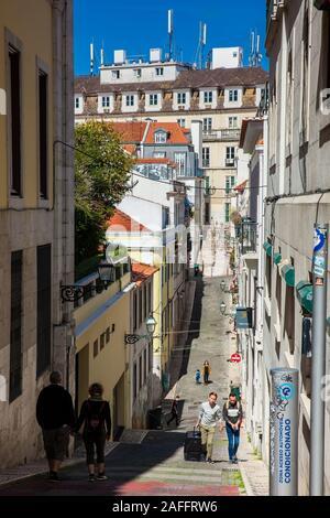 Lisbonne, PORTUGAL - Mai 2018: les gens marcher sur la magnifique vieille steepy rues à centre-ville de Lisbonne Banque D'Images