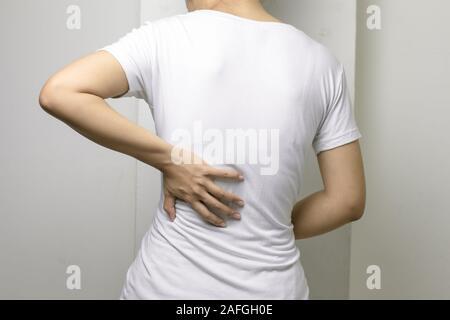 Concept de woman stretching souffrant de coup de dos. Femme souffrant de Mal de dos à la maison. Banque D'Images
